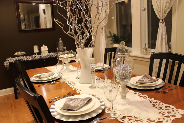 White and Silver Contemporary Christmas Tablescape Idea Image